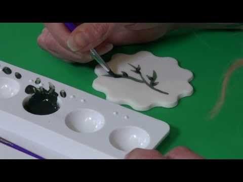 Naast decoreren van uitstekers en molds kun je ook jouw taarten of cupcakes voorzien van een geschilderde afbeelding mbv dust en alcohol.