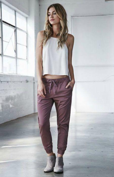 mujer de pantalon rosa y blusa blanca