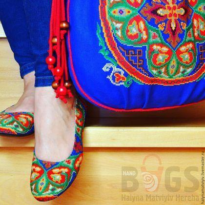 Купить или заказать Сумка 'Восточная фантазия' в интернет-магазине на Ярмарке Мастеров. Яркая текстильная сумка, выполненная из плотной хлопковой ткани глубокого синего цвета. Украшена вышитыми вручную орнаментом в восточном стиле. Красивая подкладка зеленого цвета - 100% лен, внутри карман для мелочей на змейке. Закрываетса сумка на магнитную кнопку. Красные плетеные ручки длиной 60 см. Размер сумки - 45 х 40 см.