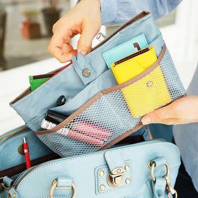 """Un de ces """"organiseurs de sac"""" permettant de changer de sac facilement tout en gardant ses affaires bien rangees avec ses nombreuses pochettes"""