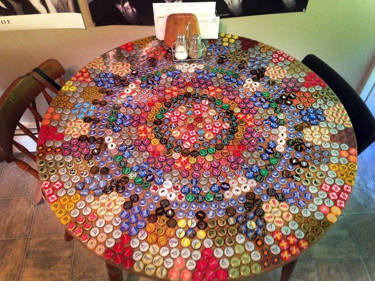 Mesa hecha con tapas de cerveza