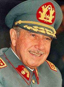 Esta es una fotografía de Augusto Pinochet. Pinochet fue el dictador de Chile de 1980 a 1990.