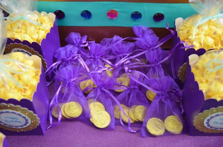 Ideia de lembrança - saco roxo com um colar ou pulseira