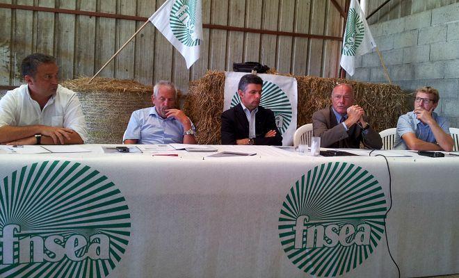 C'est sur le terrain agricole qu'Alain Rousset a effectué sa rentrée ce 25 août, répondant à l'invitation de la FRSEA Aquitaine, à Garrey dans les Landes, sur l'exploitation de Vincent Barrouillet.
