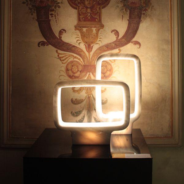 Heavy Light est une lampe à poser en marbre blanc de Pentelico et en marbre rose de Portoro, imaginée par le designer italien Matteo Zorzeno et conçue par l'atelier Sartori Marmi.//flodeau: