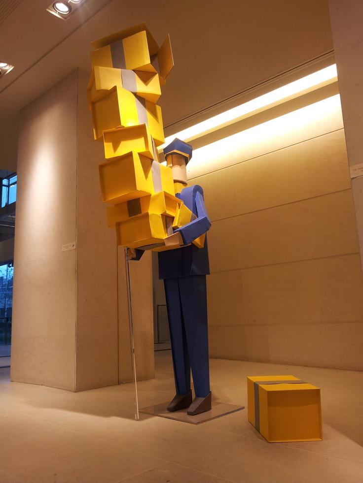 Un des personnages de la campagne publicitaire du Groupe La Poste, en grandeur nature dans le hall du siège du Groupe, Paris, DR.