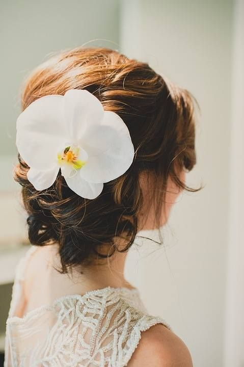 Forget the veil! Choose a gorgeous flower to complete your look as the bride. Isn't this stunning? It only takes one bloom to make a statement.  #wedding #weddinghair #ravenluxuryevents #wedding  Photo Source: https://pixabay.com/en/the-beautiful-hair-do-wedding-hair-1720335/