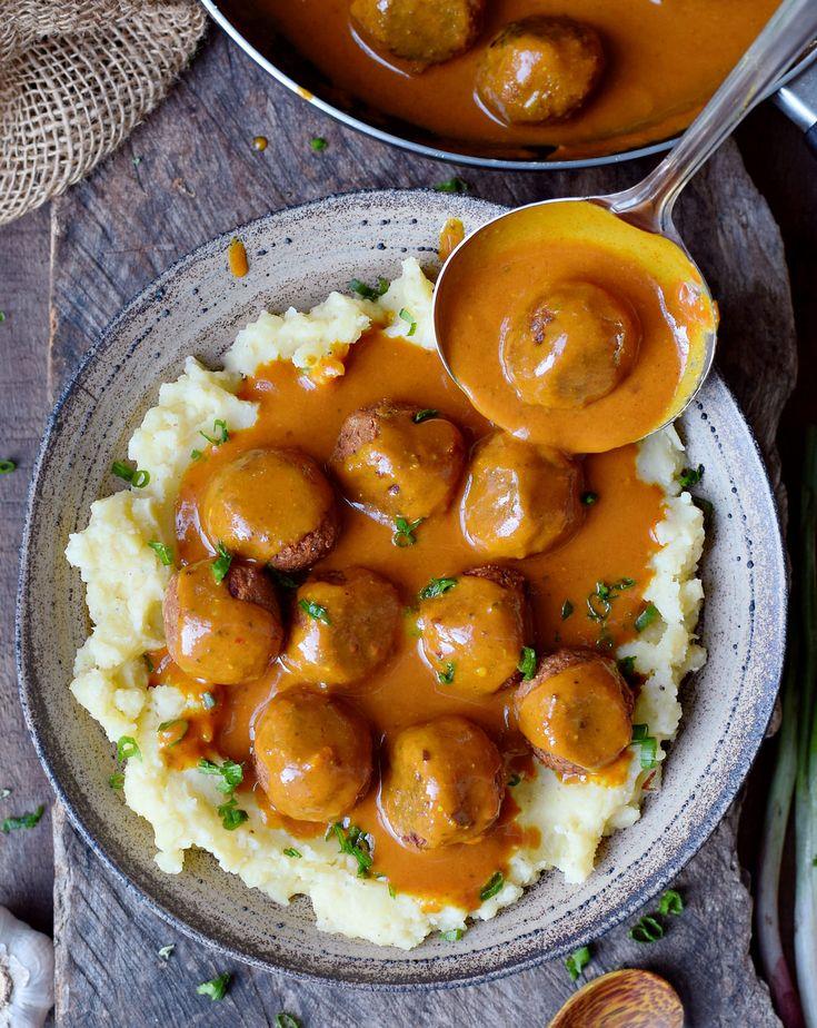 Vegane Hackbällchen mit einer würzigen Bratensoße und Kartoffelpüree. Dieses…
