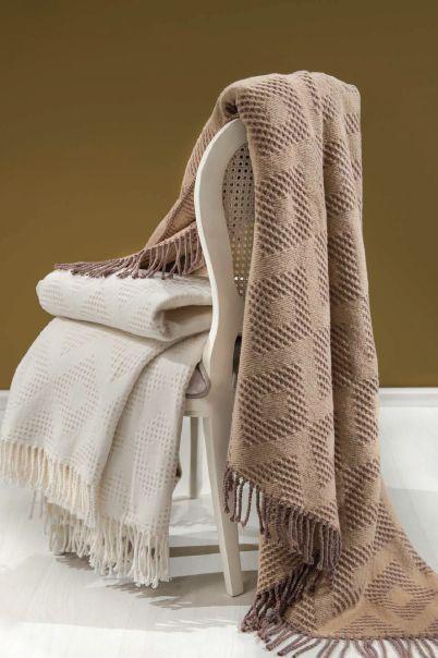 Luxusní deka či také pléd COTTON v rozměru 150x200 cm skvěle zapadne do designu vašeho obývacího pokoje. Na výběr máte z hnědé či smetanové barvy.