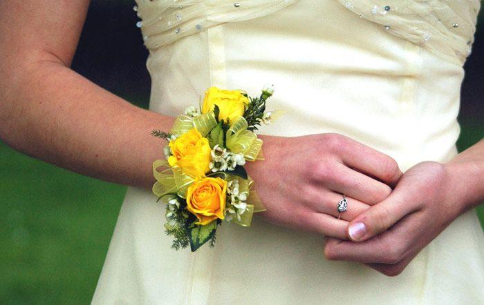 Polscorsage met gele bloemen