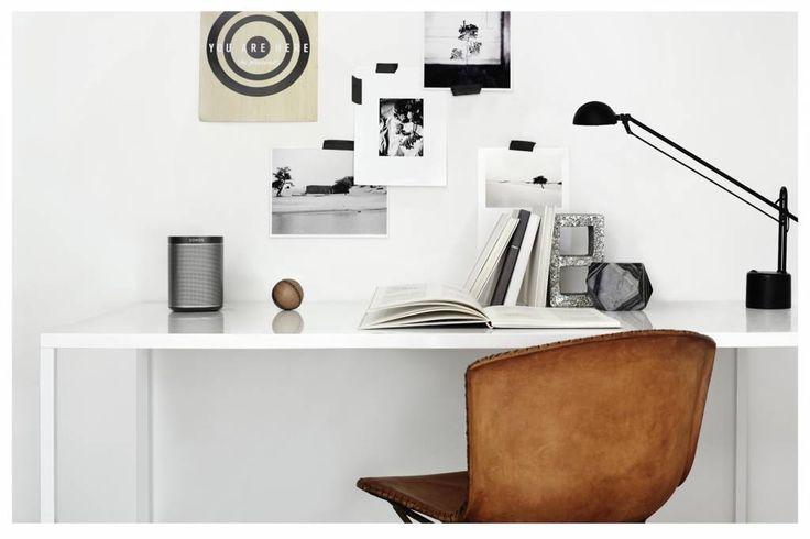 Sonos PLAY:1 op een wit bureau #kopen #omnimatic #bureau #wit #sonos #play1 #muziek