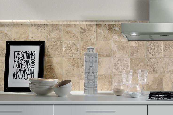 Marmerimitatie silver tegels 15x15 achter de keuken met bijpassende decortegels en moldura 39 s aan - Keuken met cement tegels ...