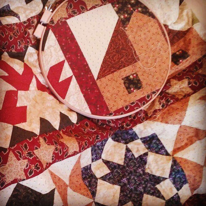 Acolchar a mano; ese trabajo a caballo entre la emoción de acabar tu proyecto y la monotonía... pero el resultado es taaaan bonito... #acolchar #quilting #patchwork #patch #patchworkquilt #instapatch #instapatchwork #hechoamano #acolcharamano #losproyectosdemamá #laqueesartistaesartista #cosasquemolan #creatividad #felizmartes @the_hobby_maker #granplaza2 @Gran_Plaza_2 #twitter #facebook #geometrics