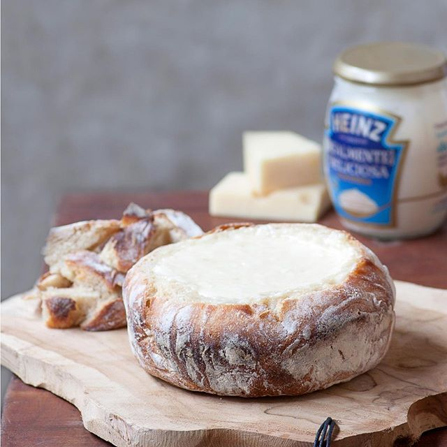 """Hoy os traemos esta deliciosa Fondue de queso en pan con #MayonesaHeinz, perfecta para una celebración en casa o incluso al aire libre. Como veís, queda perfecta en una mesa buffet para que nuestros invitados """"le metan mano"""". ¿No os parece? Como lleva mayonesa, y en verano no nos arriesgamos a hacerla casera, utilizamos una ya preparada. Por fin encontré una que por su sabor, es una opción perfecta. Es la Mayonesa Heinz Realmente Deliciosa, que elaboran con huevos de gallinas camperas y sin…"""