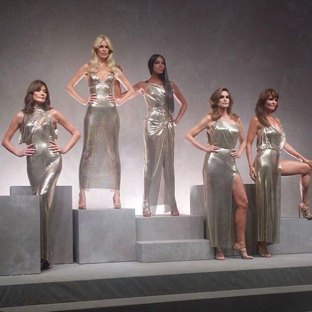 #ELLEShowtime  90년대의 지아니 베르사체?? 지금 막 끝난 밀레니얼의 베르사체입니다. 카를라 부르니 클라우디아 쉬퍼 나오미 캠벨 신디 크로포드 헬레나 크리스틴까지! @versace_official  via ELLE KOREA MAGAZINE OFFICIAL INSTAGRAM - Fashion Campaigns  Haute Couture  Advertising  Editorial Photography  Magazine Cover Designs  Supermodels  Runway Models