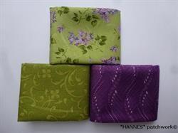 Syrener på patchworkstoffer - grøn blomst 3 stk/FQ- er 3 meget flotte patchworkstoffer - der passer sammen- og hver måler ca 50 x 55 cm = 3 Fat quarter En grøn med små buketter af syrener, en lilla og en grøn - begge to med et lille mønstret.