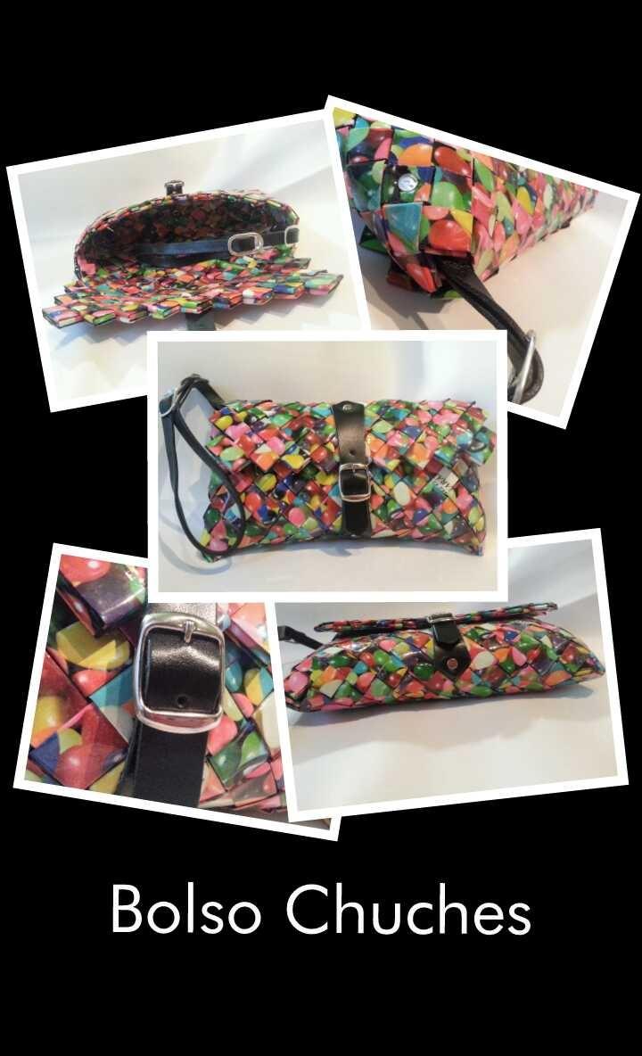 El bolso Chuches es un bolso de mano con cierre de hebilla y correa de cuero negro, rematado con anillas de refresco de cola y remaches. Dimensiones: 20 x 9, 5 x 2 cms. (largo x alto x ancho)