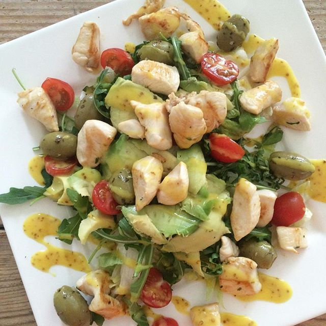 YUMMY IN DE TUMMY ! Dinnertime: salade met cherry tomaatjes, rucola & ijsbergsla, stukje gebakken kip, avocado, olijfjes & honing- mosterddressing!  salad cherry tomatoes ruccola isbergssallad sallad avokado honey dressing chicken