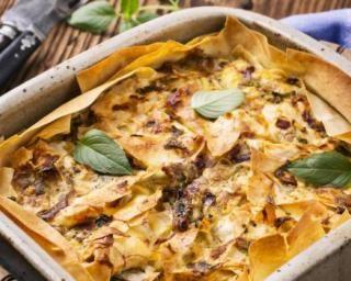 Quiche allégée au thon en pâte filo, épinards et oignons : http://www.fourchette-et-bikini.fr/recettes/recettes-minceur/quiche-allegee-au-thon-en-pate-filo-epinards-et-oignons.html