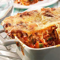 Ui snipperen, wortel schoonmaken en in blokjes snijden. Ui en wortel ca. 10 min. zachtjes bakken in 40 gr. verhitte boter of margarine en olijfolie. Voeg gehakt toe en bak die bruin. Gezeefde tomaten, tomatenpuree, rode wijn, bouillonblokje, fijngedrukte teentje knoflook, basilicum, peterselie en peper en zout naar smaak toevoegen. Saus aan de kook brengen en 30 min. zachtjes laten pruttelen. Smelt ondertussen 50 gr. boter of margarine. Roer de bloem erdoor en op het vuur 2 min. zachtjes…