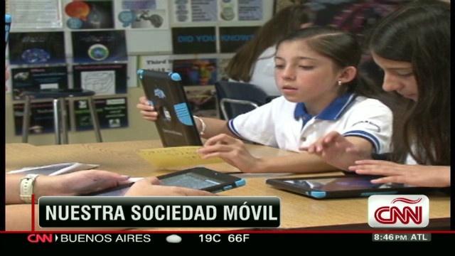 Una escuela de Costa Rica jubila los cuadernos y los cambia por tabletas