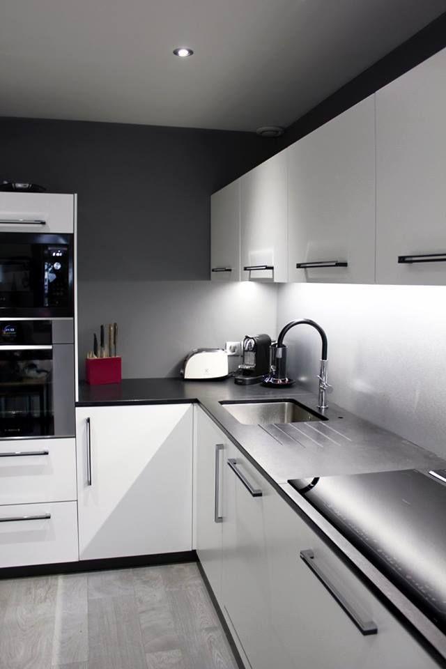 Cuisine Facades Laquees Blanc Mat Hotte Aspirante Encastrable Dans Plan De Travail Plaque A Induction Eclair Meuble Cuisine Cuisine Moderne Cuisine Blanc Laque