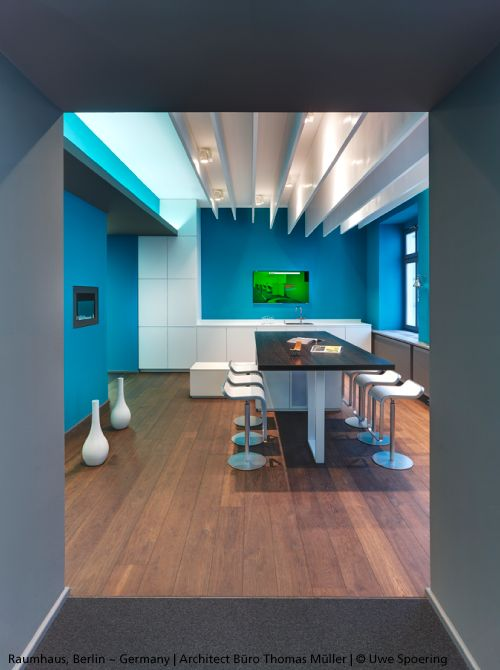 Blue walls, a beautiful parquet floor and white spots and ceiling: this working place is nice, original and pleasant.  Projectors #Picto 70 ►http://bit.ly/1Q4H9j7  #design Artemide Studio