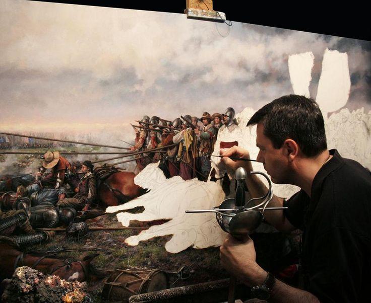 """El pintor Augusto Ferrer-Dalmau pintando """"Rocroi. El último tercio"""", una de sus obras más conocidas."""