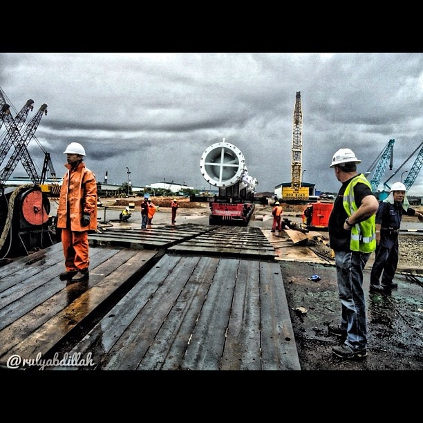 Loading Cargo On Board the Vessel #instaquay #marine #loading #port #batam #indonesia for #instabatam #iphonesia #webstagram #statigram #tagstagram #instago #iger #instanusantara #gang_kaskus #gang_family #followme @rulyabdillah - @rulyabdillah- #webstagram