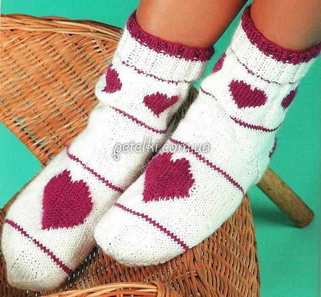 Белые носки с сердечками. Как вязать