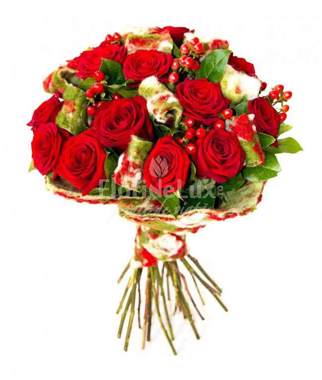 Buchet lana si trandafiri rosii, un cadou interesant si atractiv. Buchetul contine 15 trandafiri rosii catifelati, alaturi de hypericum rosu interesant, iar pentru un plus de textura lana naturala in culori extrem de atractive.