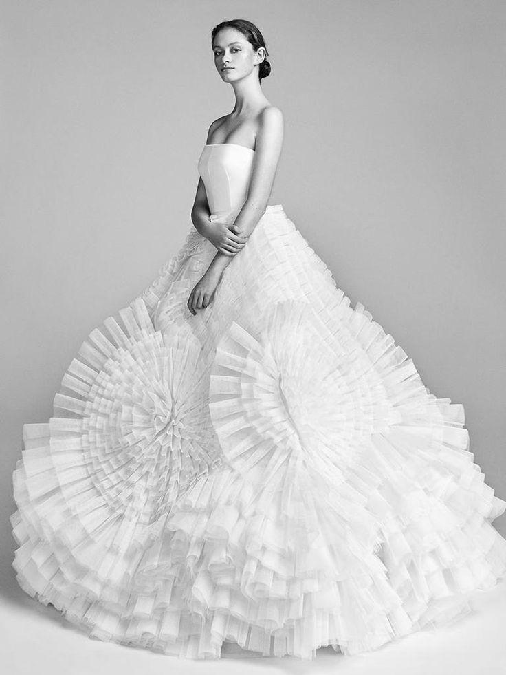 Viktor & Rolf Spring/Summer 2018: Avante-Garde Dresses Leave a Lasting Impression | TheKnot.com