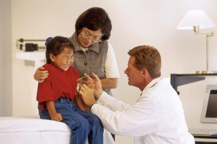 ¿La vacuna contra la gripe es realmente segura?. Entre las muchas enfermedades que se pueden prevenir mediante la vacunación, la gripe de temporada ocupa el primer lugar como causa de muerte en los EE.UU. A pesar de la naturaleza potencialmente mortal de la gripe, las tasas de vacunación para las ...
