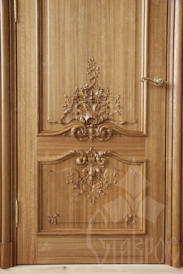 Межкомнатная дверь из массива дерева с резьбой в стиле Барокко. Interior door made of solid wood with carving in Baroque style.