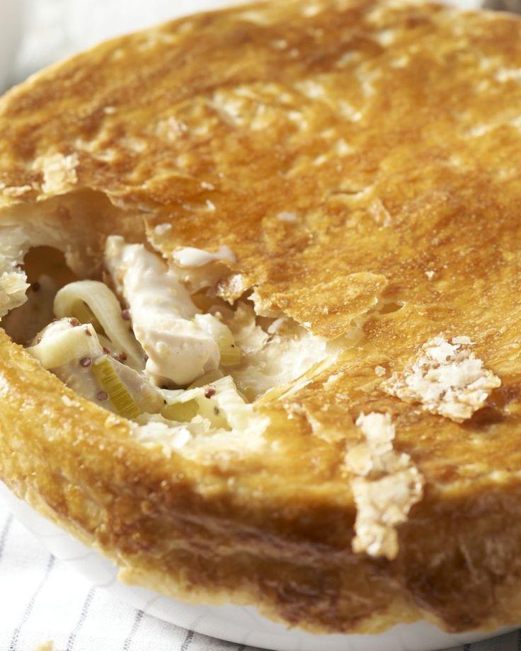 We steken het kanaal over voor een typische Britse bereiding: een pie met een krokant dakje van bladerdeeg met kippenragout, prei en romige mosterdsaus.