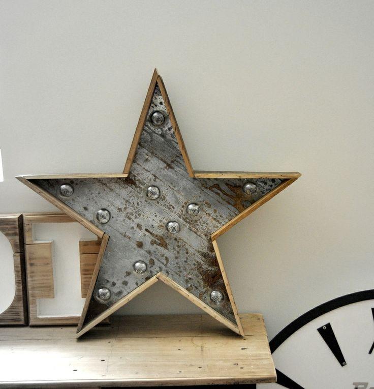 Cette étoile lumineuse, réalisée à partir de zinc et de bois ancien, diffusera une douce lumière.Diamètre : 65 cmLa livraison de cet article sera exceptionnellement effectuée en Colissimo Recommandé et remis contre signature.** Possibilité de régler en 2 fois par chèque. Merci de me contacter avant de valider votre achat **Éclairage : Guirlande de 10 ampoules LED claires