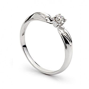 Тонкое золотое кольцо с одним бриллиантом