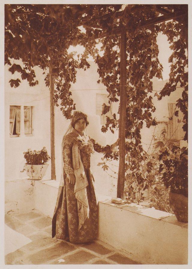 Παραδοσιακή γυναικεία ενδυμασία της Ίου. Πρωτότυπος τίτλος L'ancien costume des dames de Nios. Χρονολογία έκδοσης 1919 Έκδοση BAUD-BOVY, Daniel, BOISSONNAS, Frédéric. Des Cyclades en Crète au gré du vent, Γενεύη, Boissonnas & Co, 1919. http://www.laskaridou.gr/