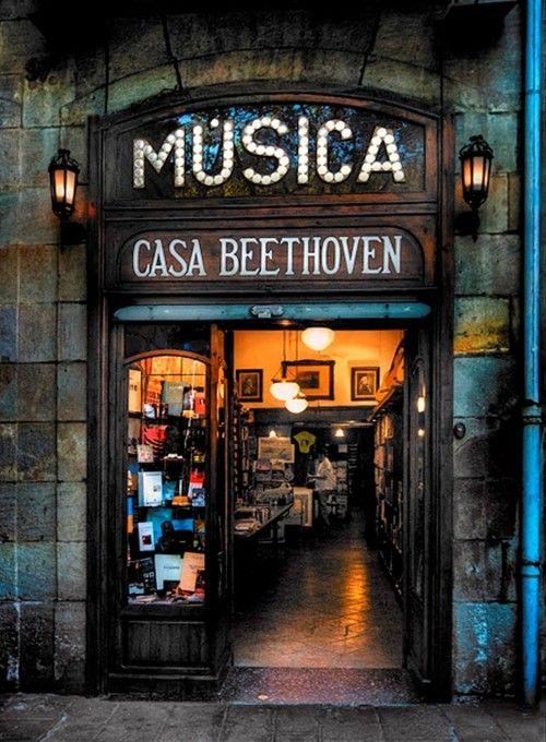 Fachada de una tienda de Música, aunque no seamos músicos entra la curiosidad de ver que hay dentro!!