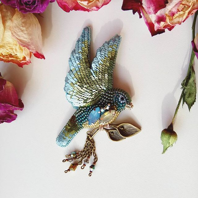 Как же сегодня на улочке прекрасно!!!! Солнышко ☀, тепло по летнему, всё расцветает!!!! Блаженство☀️ Птичка выполнена на заказ, возможен повтор!!! Автор/Made by: @olyavologdina По всем интересующим вопросам жду в директ #jewerlydesigner_olya_vologdina #handmade_ru_jewellery #best_hm_world #lavkacraft #идея_hm #fabbyfeed #hand_made_gold1 #планета_handmade #mycreative_world #vologda #птицасчастья