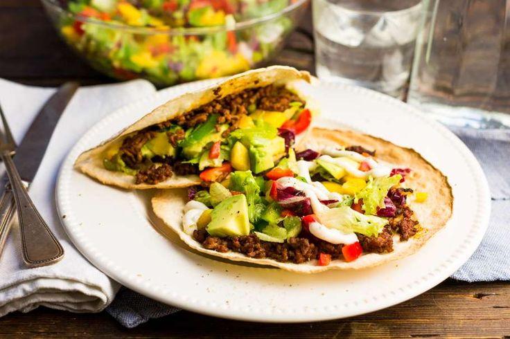 Recept voor snelle Turkse pizza voor 4 personen. Met zout, olijfolie, peper, gehakt, paprika, avocado, komijnpoeder, tomatenpuree, tortillawrap, rode wijnazijn, knoflook en ijsbergsla