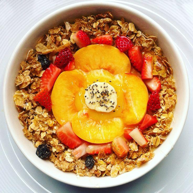 Bowl FRUCTOXA !! Un rico batido de : mango, piña ( congelada  ) y de toppings : durazno, fresa, granola, banano y semillas de chia. Rico y saludable.  #mango #piña #pineapple #smoothie #smoothiebowl #granola #fresa #durazno #banana #chia #saludale #fructoxa #comesano #green #vegan #healthyfood #instafood #foodie #eatclean #vegetarian #bogota #colombia #eat #yummy #sweet #delicius #sano #fruits #frutas