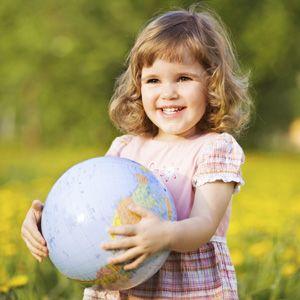 Si tu hijo ya entiende los       graves problemas ecológicos que viven nuestro planeta, enséñale los juegos más divertidos para que pueda cuidarlo. Si aún es muy pequeño para entender qué es la contaminación o por qué no se pueden tirar envases al campo, aprovecha para explicárselo con estas propuestas.