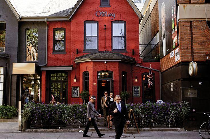 아기자기한 골목과 정원, 그리고 카페 테라스로 이어지는 산책로에는 메이플 시럽처럼 달콤한 가을 별이 잔뜩 묻어 있다.   Lexus i-Magazine 다운로드 ▶ www.lexus.co.kr/magazine #Lexus #Magazine #toronto