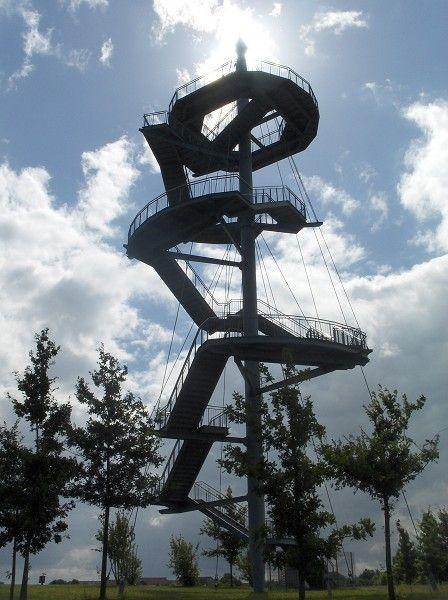 Der Aussichtsturm Wismar (37 m) im Bürgerpark. Errichtet wurde er für die Landesgartenschau Mecklenburg-Vorpommern im Jahr 2002.