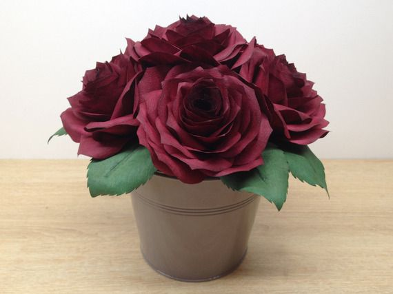 bouquet composition florale de 6 roses rouges sombres éternelles en papier et son pot en métal taupe shabby chic