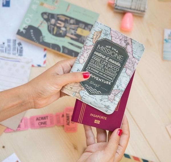 PORTA PASSAPORTO - HO UNA MISSIONE Se anche tu, come me, ti sei posto l'obiettivo di vedere il mondo, di fare un sacco di cose nuove per la prima volta, di goderti il viaggio e di vivere un milione di avventure, avrai bisogno di questo porta passaporto, affinché il tuo documento resti sempre come nuovo, nonostante i tanti spostamenti.Perché per un viaggio veramente memorabile non bisogna farsi cogliere impreparati da nubifragi, tormente inaspettate o tupperware che non si chiudono bene…