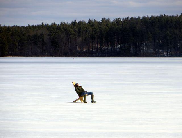 氷上で眠る釣り人(米国・ニューハンプシャー州)