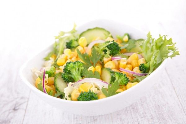 Салат из огурцов и брокколи с кукурузой