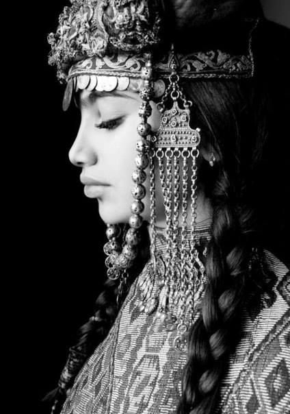 Հայ աղջիկ - Armenian girl in traditional Armenian clothes Taraz.